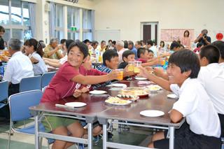 大浜小と奥殿小の交流50周年を祝う会で、笑顔で乾杯する児童たち=24日夕、大浜公民館