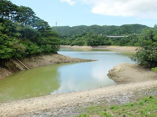 貯水量が7万8000㌧に減少している石垣ダム=25日午後1時すぎ