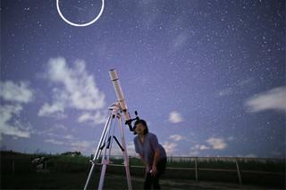 上野結貴君が宮良の高台で撮影した流れ星(枠内)と満天の星空=25日午後9時ごろ(上野さん提供)