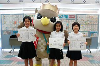 「かもめ~る」大作戦で表彰された井上春鈴さん、城間樹奈さん、東愛梨さん(左から)=27日午前、八重山郵便局