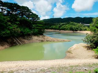 28日から配水を停止する石垣ダム=27日午前