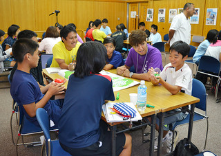 第2回琉大塾で、大学生活などの話をする参加者=28日午後、市立図書館視聴覚室