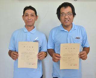 障がい者委託訓練の修了証書を授与された真地均さん(右)と宮良真一さん=29日午前、沖縄ダイケン八重山支店