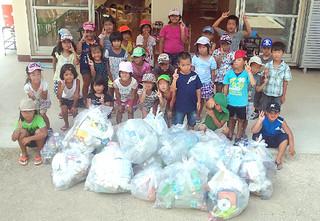 夏休み期間中に大浜海岸を清掃したてぃだぱな保育園の学童保育に通う子どもたち(同園提供)
