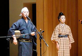 八重山民謡を熱唱する大工哲弘・苗子さん夫妻=8月30日、奈良・東大寺金鐘ホール