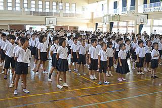 始業式で元気よく校歌を歌う登野城小学校の児童たち=1日午前、同校体育館