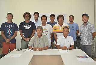 事故防止と競技の普及を目的に八重山SUP協会を設立した人たち=1日午前、離島ターミナル会議室