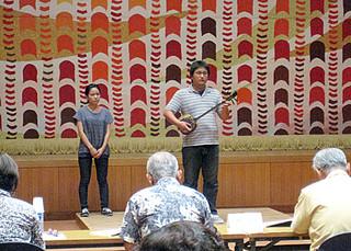 58人が応募し、練習の成果を披露したとぅばらーま大会歌唱の部の予備審査=8月31日夜、市民会館中ホール