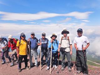 富士登山に挑んだ「友楽会」会員