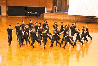 迫力ある集団行動の「交差」を披露する日本体育大学の学生ら=3日夕、石垣市総合体育館