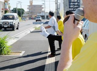 懸命に支持を呼びかける運動員ら=5日午前、石垣市内