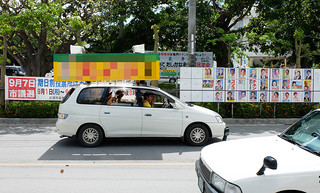 選挙運動最終日、必死の訴えで支持を呼びかける選挙カー=6日正午ごろ、市役所前(写真は一部加工)