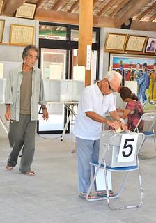 竹富町議選で一票を投じる有権者ら=竹富島まちなみ館