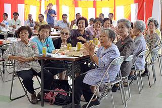 石垣在波照間郷友会の敬老祝賀会で、余興を楽しむ参加者=14日午後、大川公民館