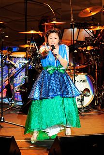 デビュー15周年コンサートで澄んだ歌声を披露する夏川りみさん=13日夜、台北国際会議センター(主催者提供)