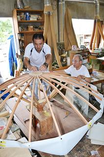 みょうら旗頭の復元作業を行っている宮良長吉さん(右)と長安さん親子=22日午前、石垣市新川の宮長製作所