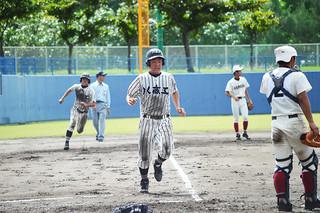 八商工3回裏、1番真玉橋のセカンドゴロを内野手が後逸するのを見て本塁ベースに突入する5番森田虎之介。後方は8番平安名勇太(2年)=23日、宜野湾市立野球場