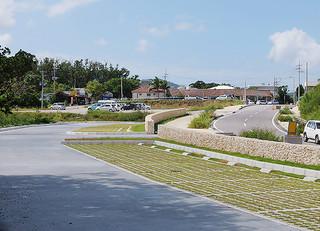 県水産海洋技術センター石垣支所近くに整備された一般駐車場(手前)=16日