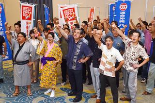 「9・25労働者保護ルール改悪阻止行動開始宣言集会」で頑張ろう三唱を行う連合沖縄八重山地域協議会のメンバーら=25日午後、ホテル日航八重山