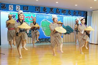 「黒島の笠踊り」など多彩な芸能が披露された、第52回関東黒島郷友会総会「黒島まつり」=21日、鶴見沖縄県人会館