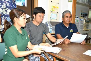 レプトスピラ症について注意を呼びかける八重山獣医師会の平田勝男会長(右)と関係者ら=26日午後、平田家畜病院