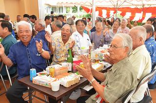 式典祝賀会で新城島防災施設の落成を喜ぶ郷友ら=28日午後