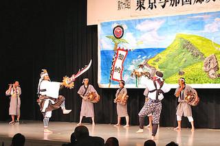 東京与那国郷友会総会祝賀会で、演じられた棒踊り=9月28日、板橋区の成増アクトホール