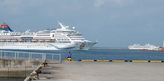 石垣港に同時に入港する大型クルーズ船(手前はアクエリアス号、右奥はサン・プリンセス号)=2日午前