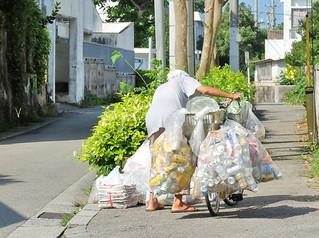 11月から禁止されるアルミ缶などの持ち去り行為。これに合わせ、石垣市は有償の清掃事業を予定している=5月14日、石垣市内