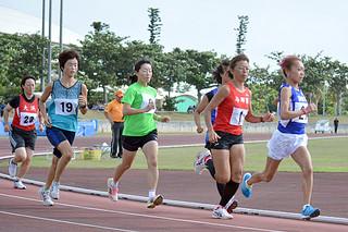 一般女子3000㍍で2年ぶりに大会記録を更新した真栄里の石川めぐみ選手(右)=4日午後、市中央運動公園陸上競技場