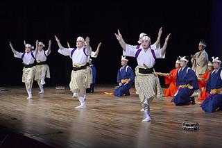 9団体総勢130人が多彩な演目を繰り広げた第28回青年文化発表会。写真は大浜青年会の「南ぬ勇者」=4日夕、市民会館大ホール