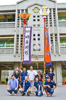盛岡第四高校の創立50周年を記念して制作された旗頭(右)。18日の記念式典で披露される=5日夕、八重山高校
