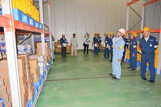 マイナス45度の冷凍倉庫内の労働環境を点検する県労働基準協会八重山支部の会員ら=7日午後、㈱ホクガン石垣工場
