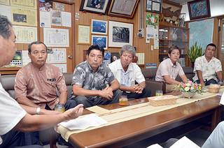 乾燥ロール購入の助成を要請する黒島肉用牛生産組合の仲盛浩吉組合長(左)と役員ら=8日午後、町長室