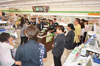 オープニングセレモニーで10日の開店に備える店舗スタッフと沖縄ファミマ関係者ら=9日午後、八重山支庁前店