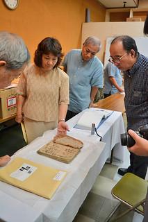 2012年に八重山博物館に寄贈された喜舎場永珣資料の状態を見る調査員ら=10日午前、同館