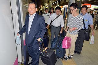 友好都市北上市に向かうため、新幹線に乗り込む訪問団の一行=11日午後8時、東京駅