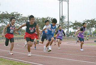 強風が吹く中、熱戦が展開された第14回八重山地区小学校陸上競技大会=11日午後、市営陸上競技場