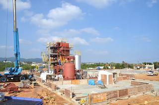 工事の遅れから操業開始への影響も懸念されている町西表製糖施設整備工事=13日午後