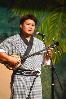 第5回とぅばらーま糸満大会で優勝した比屋根徳人さん=13日夜、糸満市のサムシング・フォー西崎