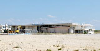 近く解体工事が始まる旧石垣空港ターミナルビル=16日午後