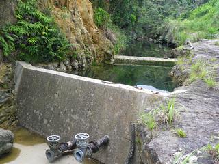渇水時(上)と通常時(下)の西表島東部第2区相良川水源地(竹富町水道課提供)
