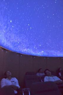 八重山の美しい星空がスクリーンに映し出されているプラネタリウム=17日午前、離島ターミナル