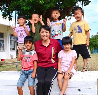 市橋さんと預かり保育の子どもたち=17日午後、はてるま幼稚園中庭