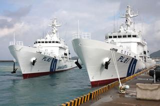 尖閣警備体制強化のため石垣港に入港した新造巡視船「たけとみ」(右)と「なぐら」=20日午前、石垣港G岸壁