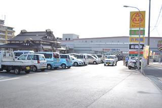 真栄里のサンエー石垣シティ駐車場。隣接して、エディオンが進出することになった=20日午後、サンエー石垣シティ