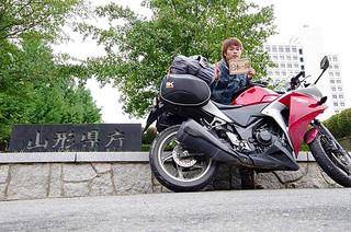 山形県庁の前で写真に収まる伊藤紘太さん=2013年8月22日(伊藤さん提供)