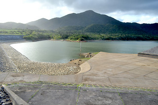 貯水率が53.1%に低下している真栄里ダム=23日午後