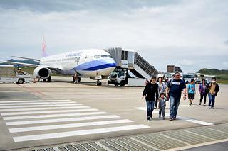 台北石垣間で28日から冬季運航を開始する中華航空機=4月、南ぬ島石垣空港