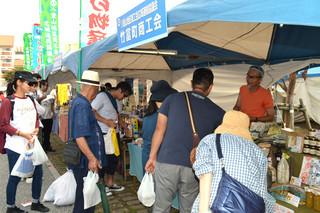 初日からにぎわいをみせた第38回沖縄の産業まつり=24日、奥武山公園